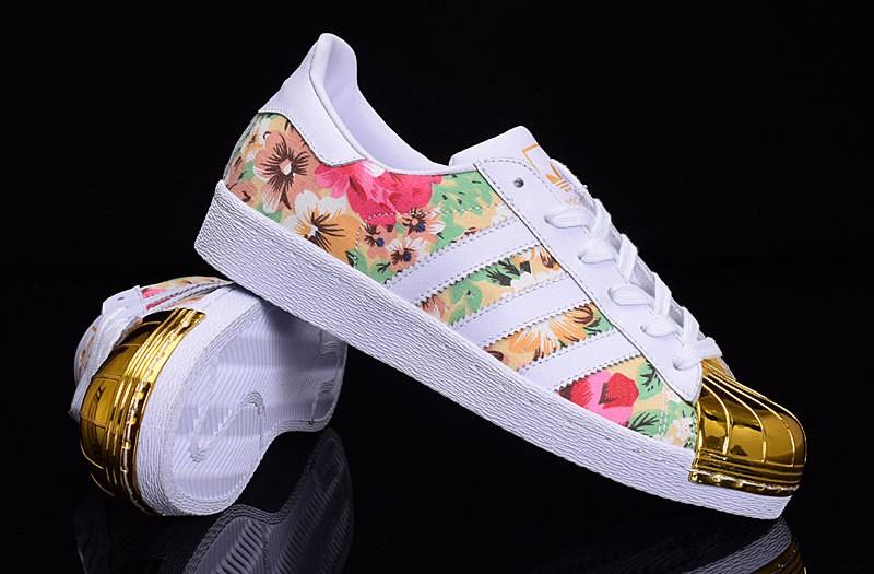 adidas superstar blancos con flores