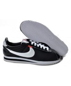 las zapatillas de deporte Nike Classic Cortez Nylon Negro Blanco para mujer